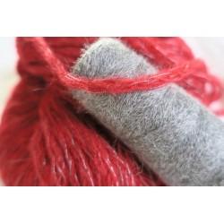 Baby Alpaga gris et cordonnet rouge.